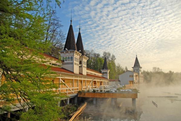 Уникальный курорт Венгрии — озеро Хевиз